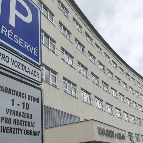 Český rozhlas: Parkování pro občany namísto armády, prosazuje radní Mandát